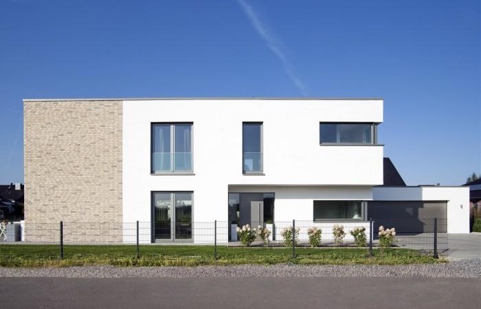 Einfamilienhaus Flachdach in Bünde weißer Putz und Klinker I Strothotte Architekten